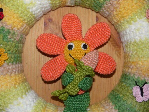 Häkelanleitungen für Frühling Häkelanleitung Türkranz Blumenzauber Amigurumi