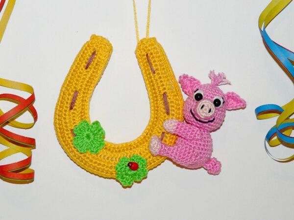 Häkelanleitungen für Glücksbringer Häkelanleitung Glücksschwein am Hufeisen Amigurumi